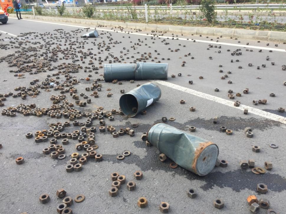 TIR'ın dorsesindeki yüzlerce somun yola saçıldı