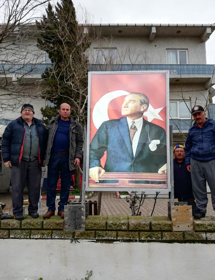 Muhtarlık Binası Önüne Atatürk ve Türk Bayrağı Posterleri Yapıldı.