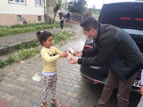 Çocuklara Kek ve Süt İkram Etti.